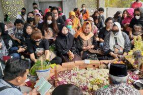 Ratusan Sobat Ambyar dari berbagai daerah silih berganti berziarah ke makam Didi Kempot di TPU Desa Majasem, Kecamatan Kendal, Kabupaten Ngawi, Jawa Timur, Rabu (12/8/2020).