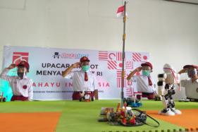 Empat pelajar SD di Klaten mengikuti upacara bersama robot mereka di Upacara digelar di LKP Autobot di Jl. Kopral Sayom No. 23, Jetak Kidul, Karanganom, Klaten Utara, Kamis (13/8/2020). (Solopos/Ponco Suseno)