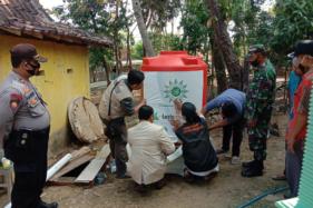 Para pengurus Lazismu Sragen bersama pejabat Pemerintah Desa Dukuh, Kecamatan Tangen, Sragen, mengecek ke lokasi pembangunan sumur resapan, sekaligus menyerahkan secara simbolis bantuan sumur itu kepada warga setempat, Kamis (13/8/2020). (Istimewa/Ronny Megas Sukarno)