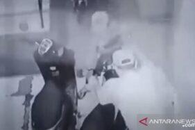 Pelaku ZA dan seorang rekannya saat beraksi mencuri sepeda motor terekan CCTV. (Antaranews.com)