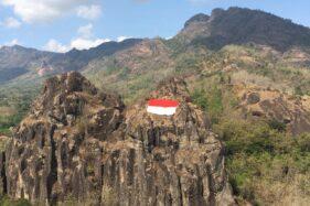 Sejumlah pemuda menonton proses pembentangan bendera Merah Putih untuk memperingati Hari Ulang Tahun (HUT) Kemerdekaan Indonesia di kawasan Gunung Sepikul, Desa Tiyaran, Kecamatan Bulu, Sabtu (15/8/2020). (Solopos-Bony Eko Wicaksono)