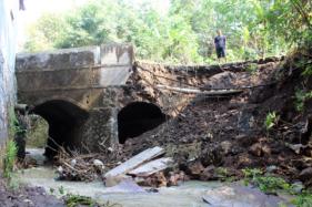 Kondisi talut dan sayap jembatan penghubung Desa Jenggrik dan Mojokerto, Kecamatan Kedawung, Sragen, ambrol, Sabtu (15/8/2020). Material talut dan tanah menutupi sebagian pintu air jembatan itu. (Solopos/Tri Rahayu)