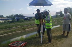 Petugas sedang membuat peta pengukuran area terdampak pembangunan jalan tol di Kadirejo II Purwomartani, DIY, Selasa (18/8/2020). (Harian Jogja/Abdul Hamid Rozak)