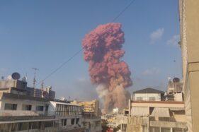 Asap terlihat sebelum dan sesudah ledakan di Beirut, Lebanon, 4 Agustus 2020. (Talal Traboulsi/Reuters)