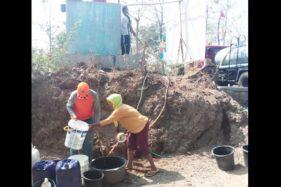 Sejumlah warga mengantre mendapatkan air bersih yang dikirim Badan Penanggulangan Bencana Daerah (BPBD) Sukoharjo di Desa Puron, Kecamatan Bulu, Minggu (9/8/2020). (Istimewa/Sri Maryanto)