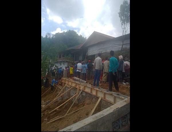 Warga berkerumun di lokasi kejadian tanah longsor di lokasi pembangunan talut milik warga di Ngetrep, Desa Kemuning, Kecamatan Ngargoyoso pada Kamis (30/7/2020). (Istimewa/BPBD Karanganyar)