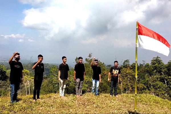 Peringati Kemerdekaan RI, 6 Pemuda Wonogiri Hormat Bendera Selama Satu jam di Bukit Lor Golo