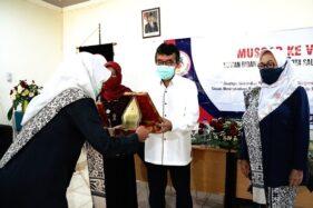 Wakil Wali Kota Salatiga, Muh Haris, menerima cendera mata saat menghadiri pembukaan Muscab ke-5 Ikatan Bidan Indonesia (IBI) Salatiga di Gedung Sekretariat IBI, Jumat (7/8/2020). (Semarangpos.com-Humas Setda Salatiga)