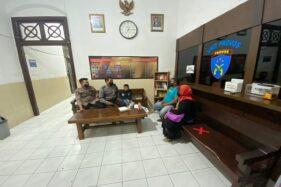 Jajaran Polsek Laweyan saat mengamankan anak laki-laki yang tersesat di wilayah Pasar Jongke pada Minggu (2/8/2020) sore. (Istimewa/Dok Polsek Laweyan)