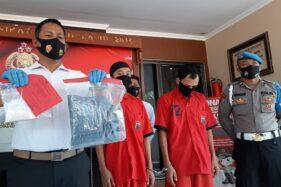 Kasatnarkoba Polres Sukoharjo AKP Agus Syamsudin menunjukkan barang bukti paket sabu-sabu beserta perangkatnya yang diamankan dari pelaku SDC dan SP, Senin (3/8/2020). (Solopos/Indah Septiyaning W.)