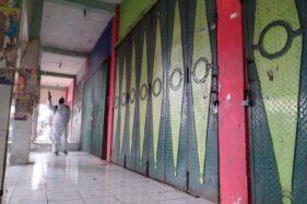 Petugas melakukan penyemprotan demgan cairan disinfektan di Pasar Sunggingan, Selasa (4/8/2020). (Bayu Jatmiko Adi/Solopos)