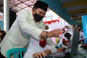 Wali Kota Madiun, Maidi, melihat para siswa memanfaatkan laptop di halaman SMPN 8, Rabu (5/8/2020). (Istimewa/Pemkot Madiun)