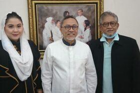 Cucu PB XII Putri Woelan Sari Dewi dan ayahandanya K.G.P.H.P.A. Tedjowulan berfoto bersama Ketua Umum PAN, Zulkifli Hasan, Kamis (6/8/2020). (Istimewa)