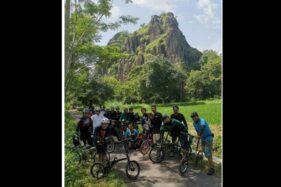 Anggota komunitas gowes berfoto dengan latar Gunung Sepikul, di  Kecamatan Bulu, Kabupaten Sukoharjo, belum lama ini. (Istimewa/Budi Narwanto)