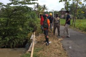 Sukarelawan Karanganyar Nggajul Ban Depan saat Sisir Parit di Matesih Cari Motor Hanyut