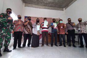Penyerahan sertifikat tanah program PTSL dilakukan di Kantor Desa Dibal, Kecamatan Ngemplak, Kabupaten Boyolali, Kamis (13/8/2020). (Bayu Jatmiko Adi/Solopos)