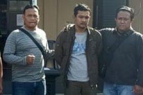 Pelaku penganiaya guru ngaji, Yudi Setyo Nugroho, 30 (tengah) saat diamankan Satreskrim Polres Sukoharjo pada Rabu (12/8/2020). (Istimewa/Polres Sukoharjo)
