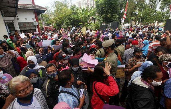 Membeludak, Pendaftaran Calon Penerima Bansos UMKM Solo Dipindah ke Lapangan Kota Barat