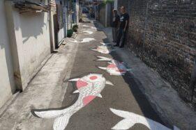Warga Kelurahan sedang mengamati lukisan ikan koi 3D di jalan kampung Tegalrejo RT 002/RW 001, Sondakan, Laweyan, Solo, Rabu (5/8/2020) siang. (Solopos/Ichsan Kholif Rahman)