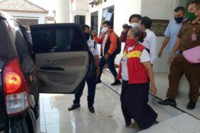 Mantan Kades Trobayan, Suparmi, dan suaminya, Suyadi, keluar dari Kantor Kejari Sragen dengan mengenakan rompi tahanan, Rabu (26/8/2020). (Soloops.com/Moh. Khodiq Duhri)