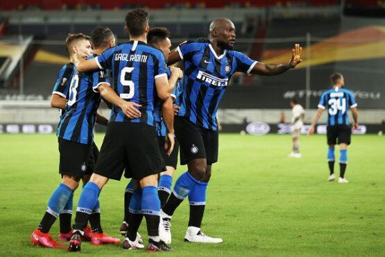 Para pemain Inter Milan merayakan gol. (REUTERS)