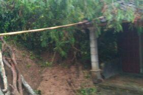 Kondisi rumah warga Dusun Sembung RT 004/RW 001,Desa Sugihan, Kecamatan Bulukerto, Wonogiri, Saikem, setelah tertimpa tanah longsor, Rabu (12/8/2020). (Istimewa)