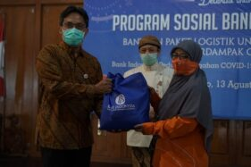 Kantor Perwakilan Bank Indonesia Solo (KPw BI Solo) memberikan bantuan paket logistik sembako kepada 500 keluarga yang terdampak Covid-19. (Istimewa/KPW BI Solo)