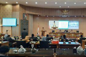 Wali Kota Madiun, Maidi, saat menyampaikan nota keuangan atas Raperda tentang APBD Perubahan tahun anggaran 2020 di gedung DPRD Kota Madiun, Jumat (14/8/2020). (Abdul Jalil/Madiunpos.com)