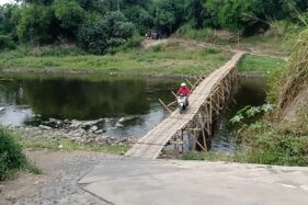 Warga meilntasi jembatan sasak dari Desa Gadingan, Mojolaban, Sukoharjo, ke Kelurahan Sewu, Jebres, Solo, Selasa (4/8/2020). (Solopos/Wahyu Prakoso)