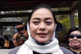 Yan Vellia seusai berziarah di makam suaminya, Didi Kempot, di Desa Majasem, Kecamatan Kendal, Kabupaten Ngawi, Rabu (12/8/2020). (Abdul Jalil/Madiunpos.com)