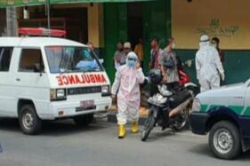 Petugas mengevakuasi jasad pria di warung soto Alun-ALun Klaten, Selasa (12/8/2020). (Detik.com)