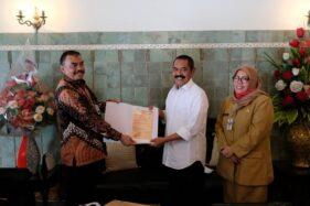 Direktur Akuisisi ANRI, Rudy Anton (kiri), menyerahkan duplikat arsip Cokro Tulung kepada Wali Kota Solo, FX Hadi Rudyatmo, di Loji Gandrung, Solo, Senin (3/8/2020). (Istimewa/Pemkot Solo)