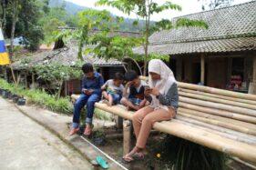 Anak-anak Dukuh Girpasang, Desa Tegalmulyo, Kecamatan Kemalang, Klaten, mencari sinyal internet di tepi jalan kampung, Rabu (12/8/2020). (Solopos-Taufiq Sidik Prakoso)