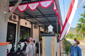 Ketua KPU Wonogiri, Toto Sih Setyo Adi (kanan), mengamati CCTV dari Polres Wonogiri yang dipasang di depan pintu masuk Kantor KPU, Giriwono, Kecamatan Wonogiri, Rabu (5/8/2020). (Solopos.com/Rudi Hartono)