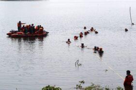 Tim SAR Gabungan berusaha mengevakuasi jenazah korban laka air Alfian Nurma Wibowo di Waduk Cengklik, Boyolali, Senin (3/8/2020). (Solopos/Nicolous Irawan)
