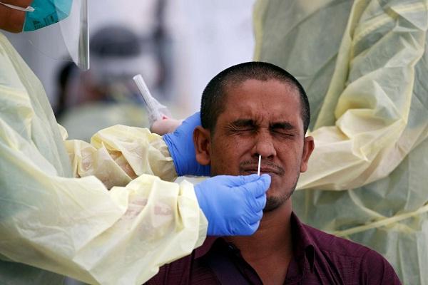 Ilustrasi pengambilan spesimen virus corona. (Reuters/Edgar Su)