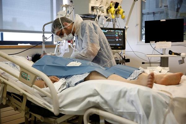 Ilustrasi penanganan pasien Covid-19. (Reuters)