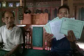 Dwi Maryanto, 25, warga Dukuh Kroyo, Desa Taraman, Sidoharjo, Sragen, menunjukkan dokumen keikutsertaannya sebagai mitra bisnis CV MSB, Rabu (12/8/2020). (Soloops.com/Moh. Khodiq Duhri)
