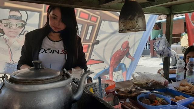 Dewi Novita Wati, 27, membuat minuman untuk pembeli, Selasa (25/8/2020) siang, di tempatnya berjualan di Distrikan RT 004/RW 011 Nusukan, Banjarsari, Solo. (Solopos.com-Kurniawan)