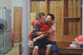 Korban salah tangkap, Zhang Yuhuan (kiri) menangis bersama sang putra Zhang Baogang di rumahnya di Jinxian, setelah resmi dibebaskan pada 4 Agustus 2020. (Chengdu Economic Daily)