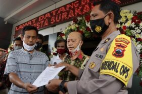 Perwakilan Aliansi Forum Nasional (Fornas) Bhinneka Tunggal Ika Soloraya saat menyerahkan pernyataan sikap terkait kasus Mertodranan di Mapolresta Solo pada Selasa (11/8/2020) siang. (Istimewa/Polresta Solo)