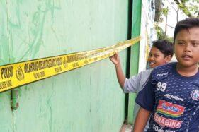Sejumlah anak bermain di sekitar gudang milik CV Mitra Sukses Bersama (MSB) yang telah disegel polisi pada Selasa (11/8/2020). (Istimewa/Daryanto)