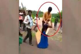 Potongan video yang menunjukkan wanita menggendong suaminya dan diarak keliling kampung di Jhabua, Madhya Pardesh, India, Rabu (29/7/2020). (Twitter)