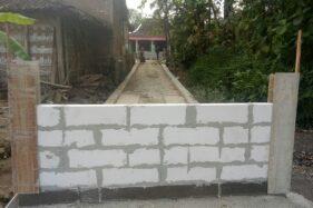 Tembok yang dibangun untuk menutup akses jalan Dukuh Ngledok, Desa Gading, Kecamatan Tanon, Sragen, Selasa (4/8/2020). (Solopos.com/Moh. Khodiq Duhri)