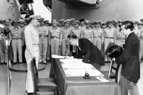 Penandatanganan dokumen penyerahan diri Jepang kepada Sekutu dalam Perang Dunia II di Kapal USS Missouri, 2 September 1945. (Wikipedia.org)