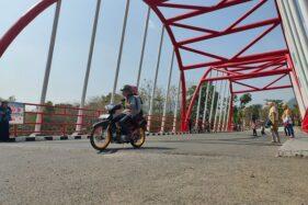 Pengendara sepeda motor melintas di bagian jalan dekat Jembatan Nusantara, Pare, Selogiri, Wonogiri yang turun dengan hati-hati, Minggu (9/8/2020). (Solopos/Rudi Hartono)