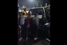Warga mengevakuasi mobil Isuzu Panther yang nangkring di trotoar Jl dr Moewardi, Solo, Rabu (12/8/2020) dini hari. (Istimewa/Inung Ristiaka)