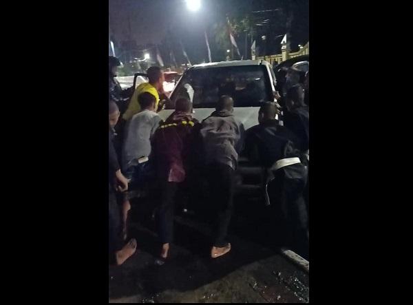 Melaju Kencang Dari Flyover Manahan Solo, Isuzu Panther Tabrak Median Jalan Dan Nangkring Di Trotoar
