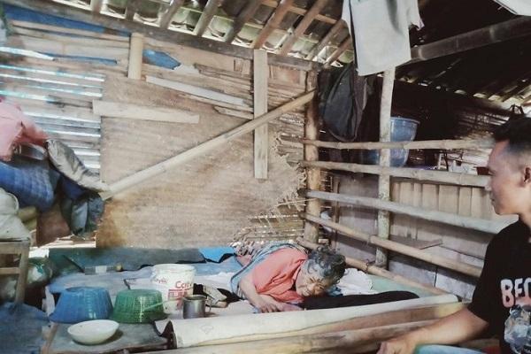 Mbah Slamet, lumpuh dan tinggal dalam rumah bambu dekat kandang ayam, Klaten, Selasa (4/8/2020). (Detik.com)
