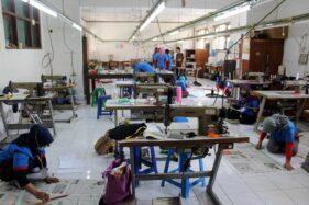 Para calon tenaga kerja berlatih membuat pola baju di Balai Latihan Kerja (BLK) Disnaker Sragen, Kamis (13/8/2020). (Solopos-Tri Rahayu)